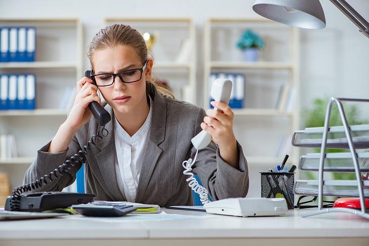 חוקים על שירות מענה ללקוחות: אישה משוחחת בכמה טלפונים במקביל