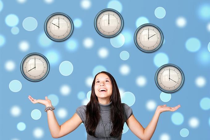 שאלון אישיות נבחרת במונדיאל: אישה פורשת ידיה על רקע שעונים המראים שעות שונות