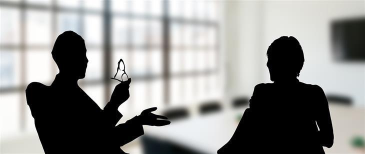 סיבות לאהוב את האויבים שלכם: צלליות של אנשים מדברים במשרד