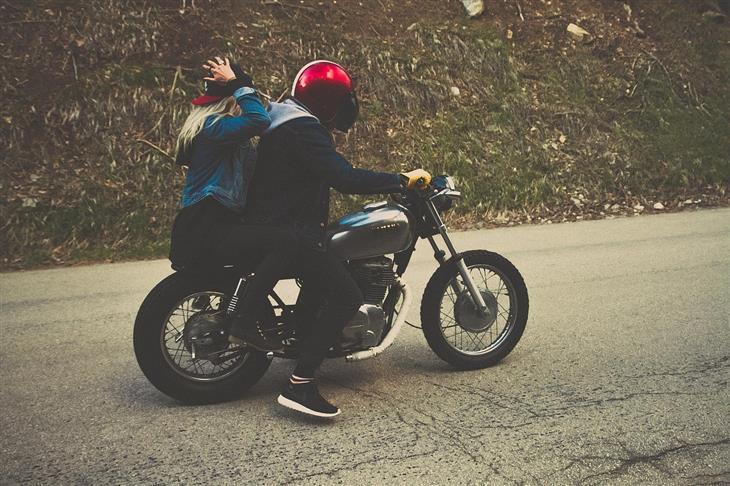איך למנוע בגידה במערכת היחסים על פי המדע: גבר ואישה רוכבים על אופנוע