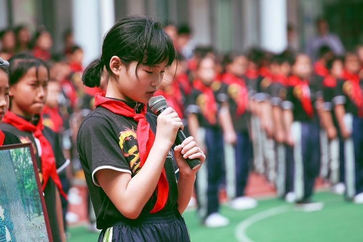 הפרדת לימוד מגדרית: נערה מחזיקה מיקרופון ביד