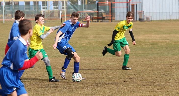 הפרדת לימוד מגדרית: נערים משחקים כדורגל