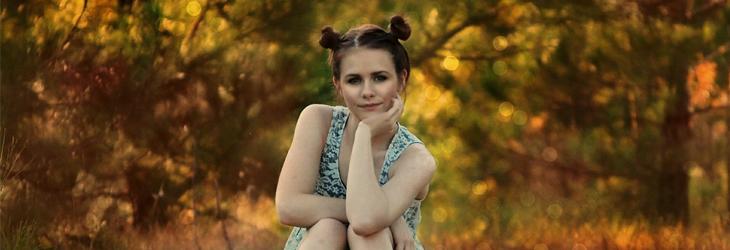 חידות: נערה צעירה יושבת ביער