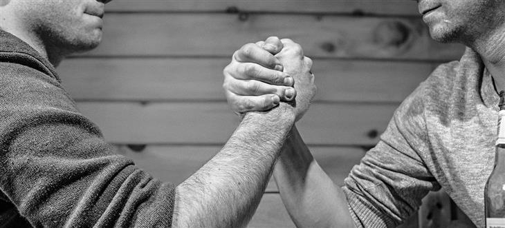 סיבות לאהוב את האויבים שלכם: אנשים עושים הורדת ידיים