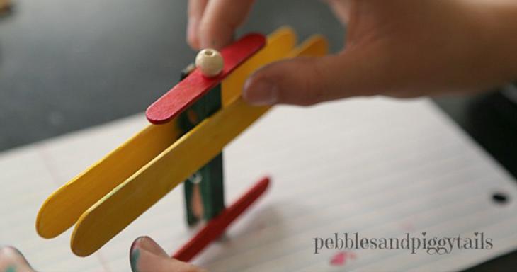 יצירות ומשחקים ממקלות עץ: הדבקת המדחף