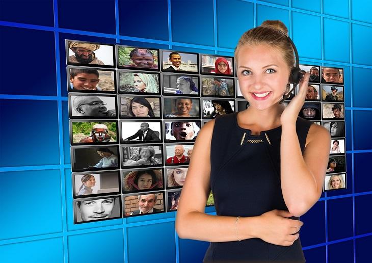 אפליקציית RoboHold: נציגת שירות עם אוזנייה עליה, על רקע תמונות של אנשים שונים
