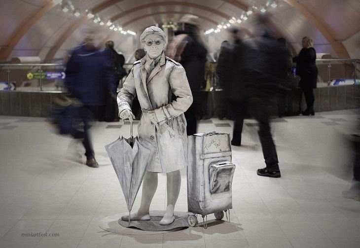 פסטיבל פסלים חיים ברחובות: פסל חי של סבתא
