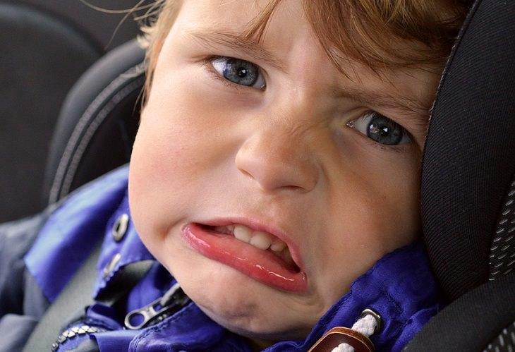 """עצות לגידול ילדים מפי """"הלוחשת לתינוקות"""": ילד פעוט עם פרצוף ממורמר"""
