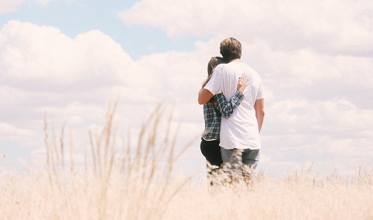 טיפול טבעי באין אונות: זוג מבוגר מחובק בשדה חיטה