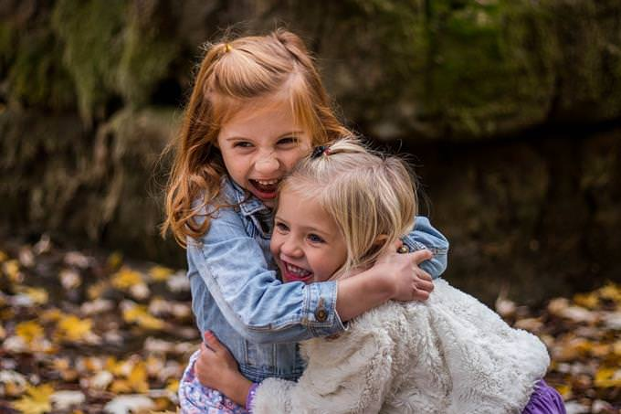 מבחן אסוציאציות: שתי ילדות שמחות