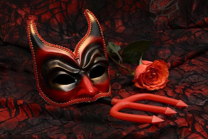 מבחן אסוציאציות: מסכה של שטן וקילשון פלסטיק