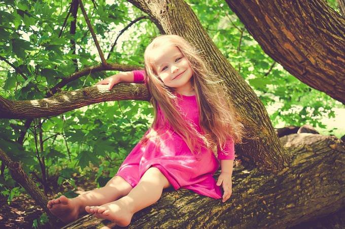 בחן את עצמך: ילדה יושבת על ענף של עץ