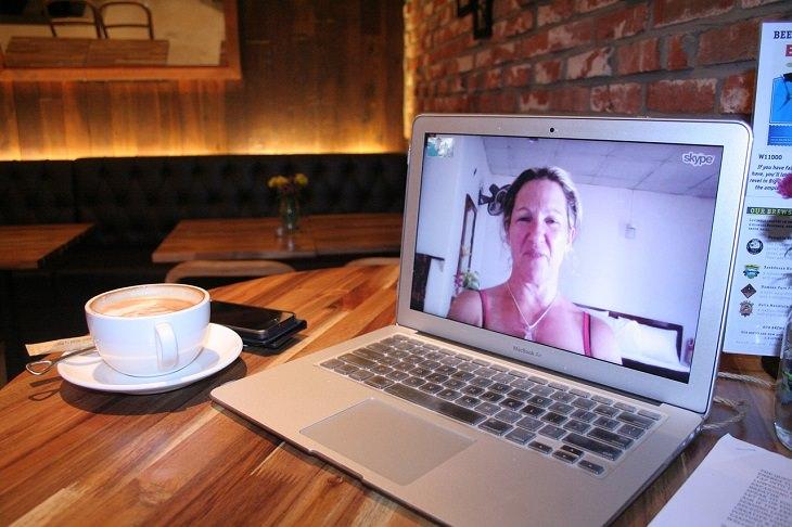 טיפים לשימוש בסקייפ: מחשב נייד ועליו שיחת סקייפ שמתנהלת