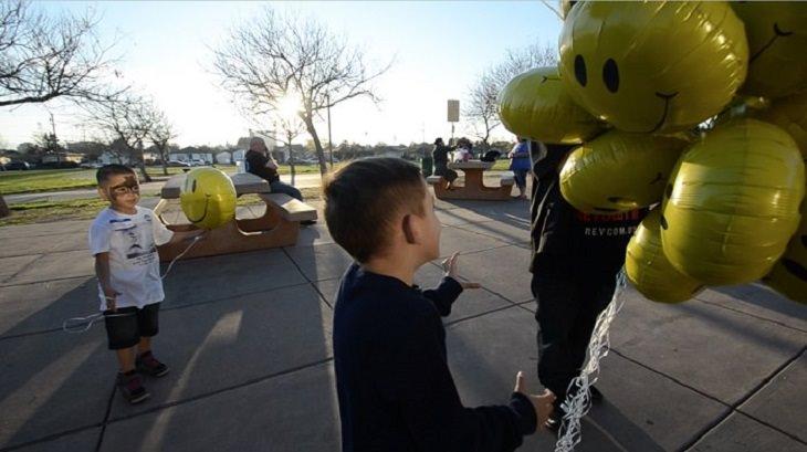 דרכים לנצח את השליליות: ילדים עם בלונים בצורת סמיילי