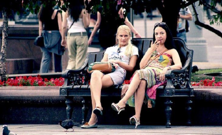 דרכים לנצח את השליליות: זוג נשים יושבות על ספסל
