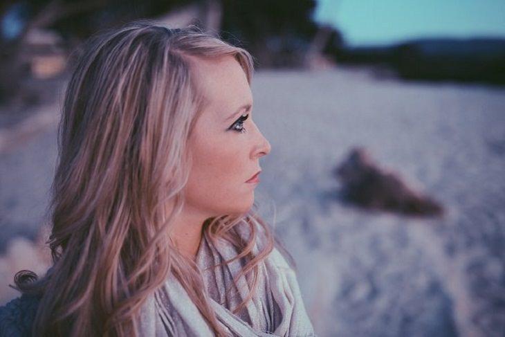 דרכים לנצח את השליליות: אשה מתבוננת אל האופק