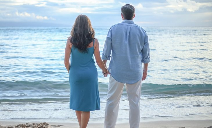 גלי קול לטיפול באין אונות: זוג מאושר על חוף הים