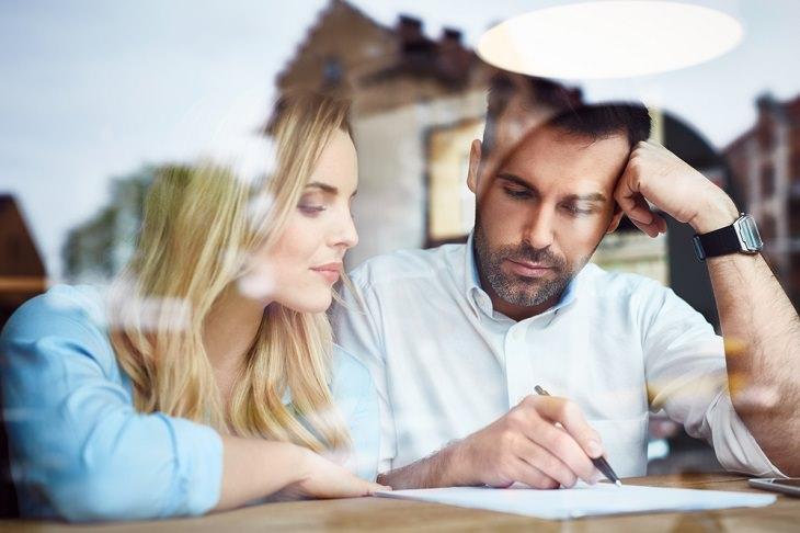 חיסכון לפנסיה: גבר ואישה ממלאים מסמכים ביחד