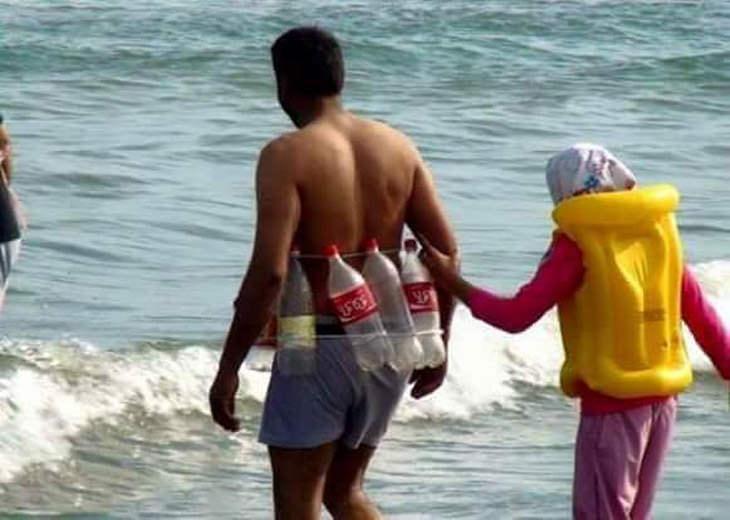 גברים עושים דברים מסוכנים: גבר נכנס לים עם מצוף מבקבוקי קוקה קולה