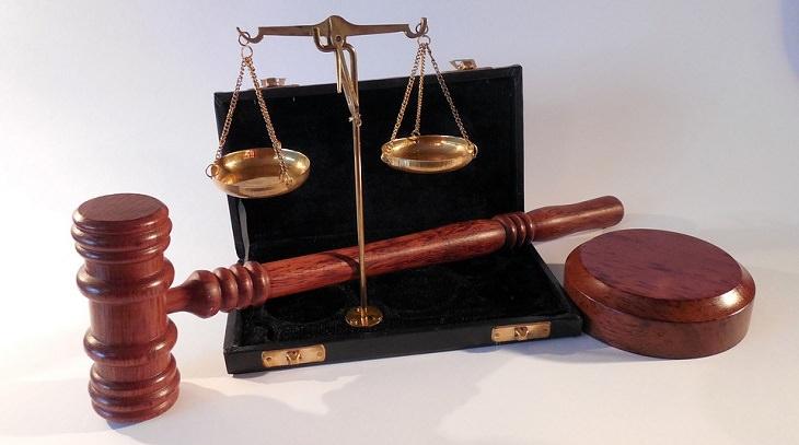 בדיחה: פטיש של שופט ומאזניים