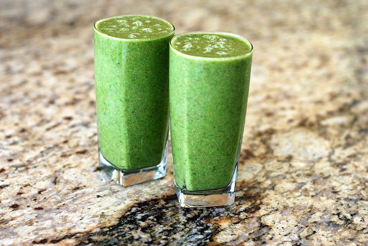 שייק בריאות ירוק: שתי כוסות עם שייק בריאות ירוק