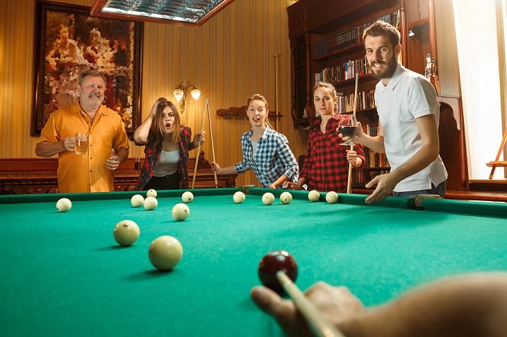 יום כיף לגיבוש עובדים: קבוצת אנשים משחקת סנוקר