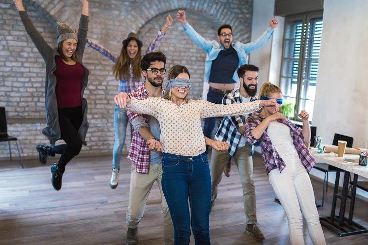 יום כיף לגיבוש עובדים: עובדים צעירים מבצעים תרגילי אמון