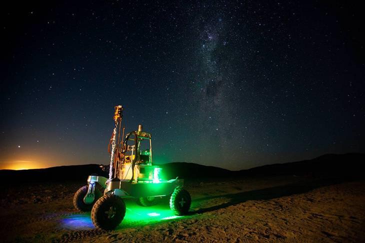 """תמונות ארכיון של נאס""""א: הירח מתחיל לעלות מאחורי רכב החלל ARADS רובר"""