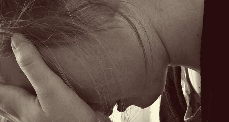 שאלות לחיזוק מערכת יחסים: אשה תופסת את ראשה בידיה