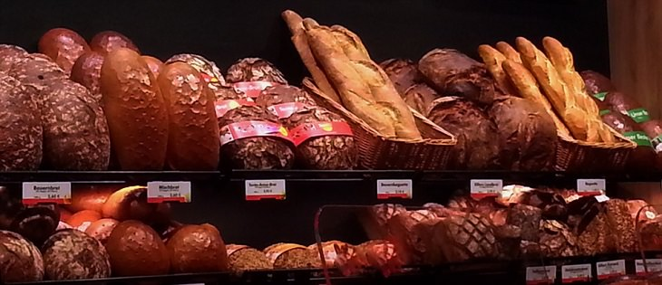 שמירה על טריות הלחם: לחמים למכירה על מדף בחנות