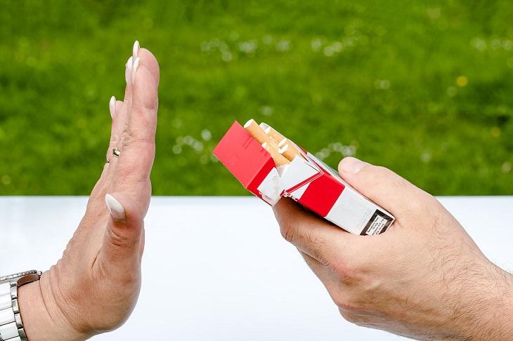 כוח רצון: יד מושטת מגישה חפיסת סיגריות ויד שנייה מסמנת לה לעצור