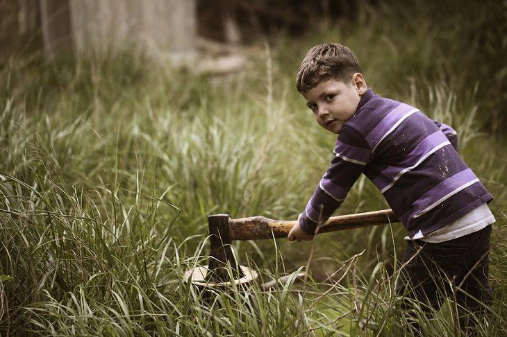 9 משפטי קסם לגידול וחינוך ילדיכם: ילד חוטב עצים