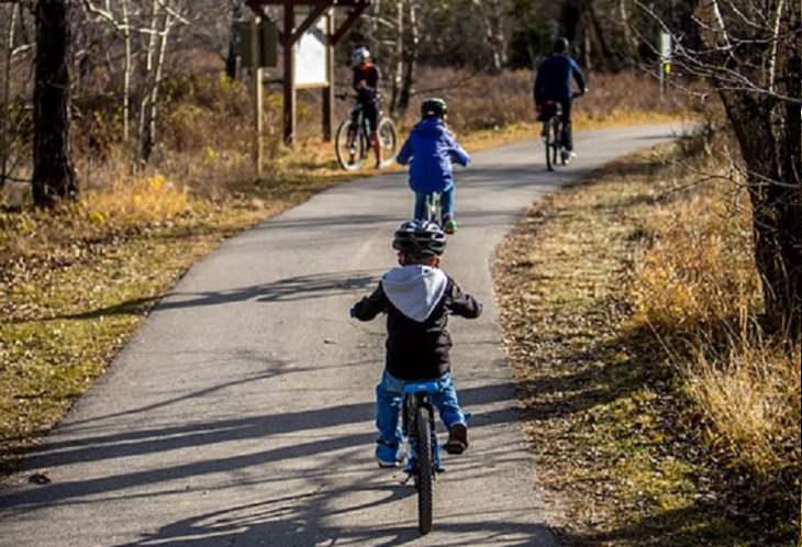 9 משפטי קסם לגידול וחינוך ילדיכם: משפחה רוכבת על אופניים