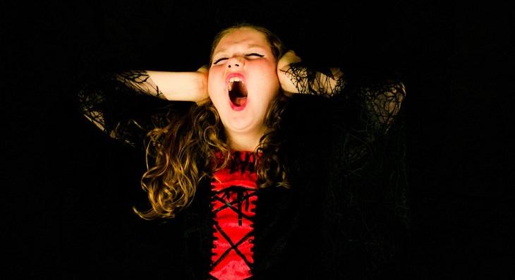 4 טיפים שימושיים לפתרון ויכוחים: נערה אוטמת את אוזניה וצועקת