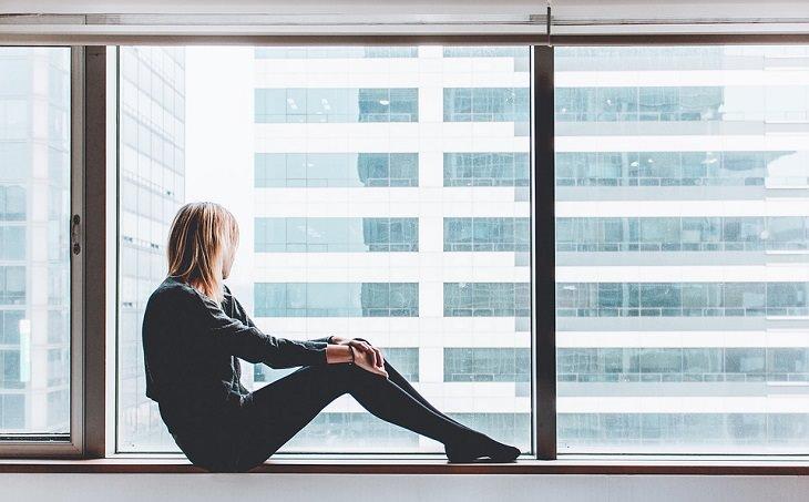 סוכרת וחיי מין: אישה יושב על אדן חלון