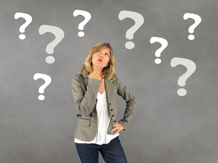 דרכים להתמודדות עם מצבי לחץ: אישה בפרצוף תוהה שסביבה מצוירים סימני שאלה