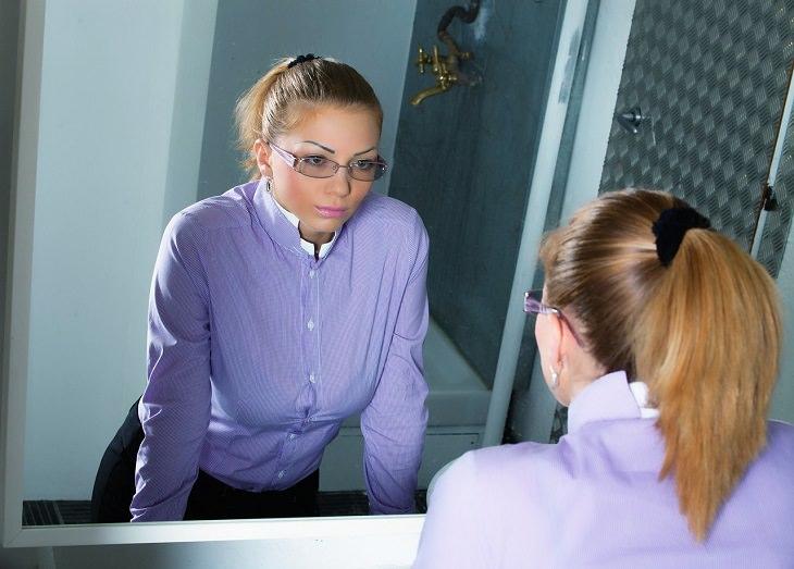 דרכים להתמודדות עם מצבי לחץ: אישה מתבוננת בדמותה במראה