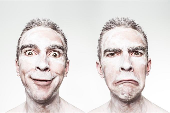 שאלון אישיות - מהו סיפור החיים שלך: אדם עם פרצוף צוחק לצד דמותו עם פרצוף כעוס