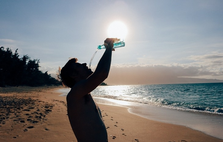תופעות לוואי של תרופות לסוכרת: גבר שותה על חוף הים