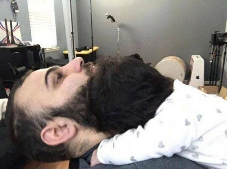 תמונות ברגע הנכון: תינוק שנרדם על הזקן של אביו