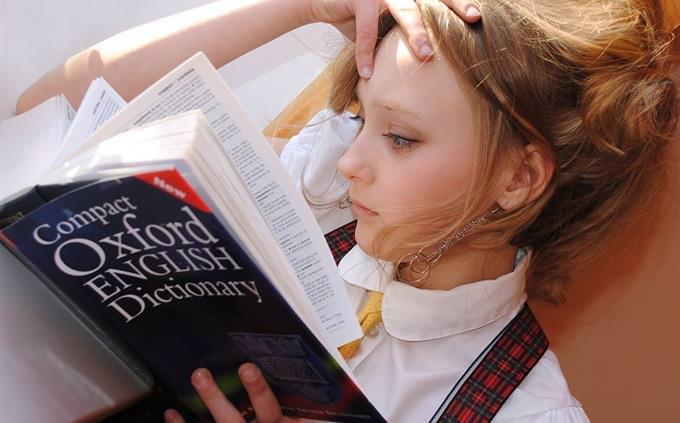 טריוויית חטיבת ביניים: ילדה קוראת במילון אוקספרד