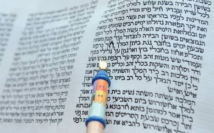 """טריוויית חטיבת ביניים: אצבע מורה על פסוקים בתנ""""ך"""