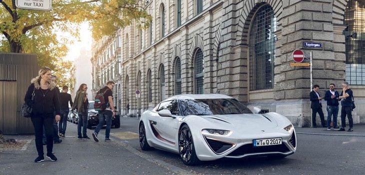 רכב עתידני: קוואנט אי-ספורט לימוזין נוסעת על כביש ברחוב