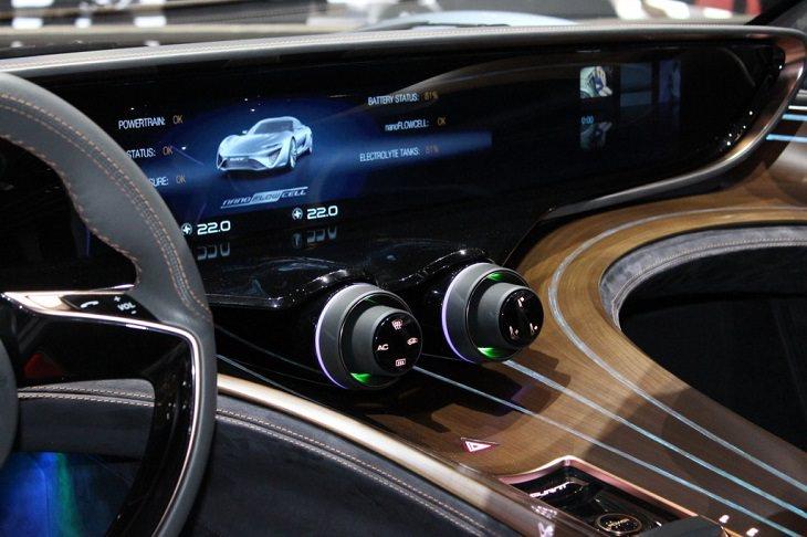 רכב עתידני: פנים הרכב - לוח שעונים והגה