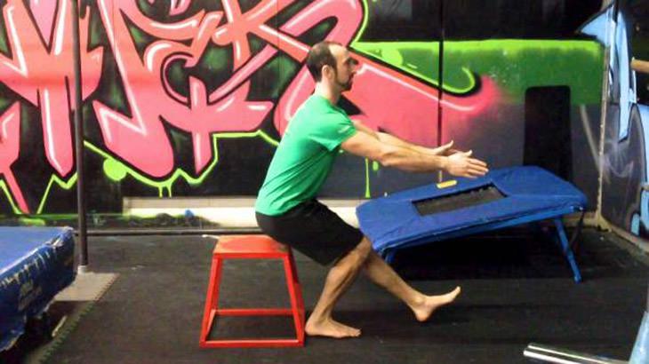 אימון לרגליים: תרגיל פיסטול סקוואט על רגל בודדת