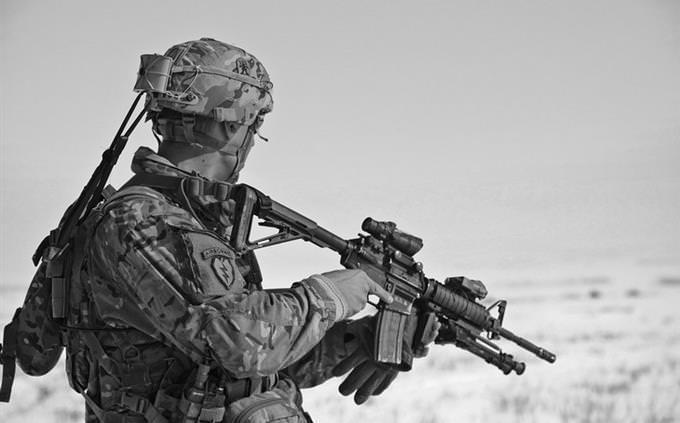 מבחן השפה העברית: חייל אמריקאי לבוש במדים ומצויד בנשק