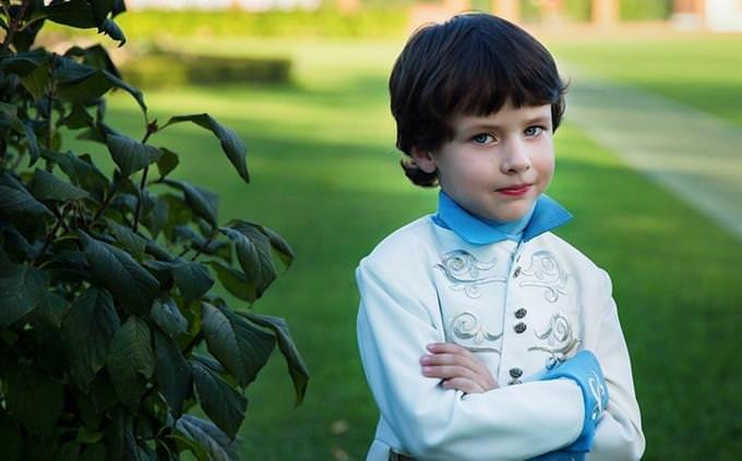 מבחן השפה העברית: ילד משלב ידיים בלבוש מלכותי