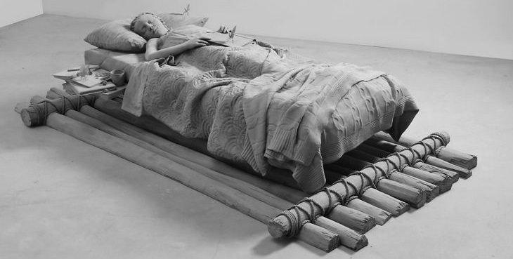 16 פסלים יפים ומרהיבים: נערה מכוסה וישנה על מיטה דמוי רפסודה