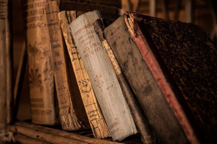 פתרונות לספרים ישנים: ספרים עתיקים מונחים על מדף