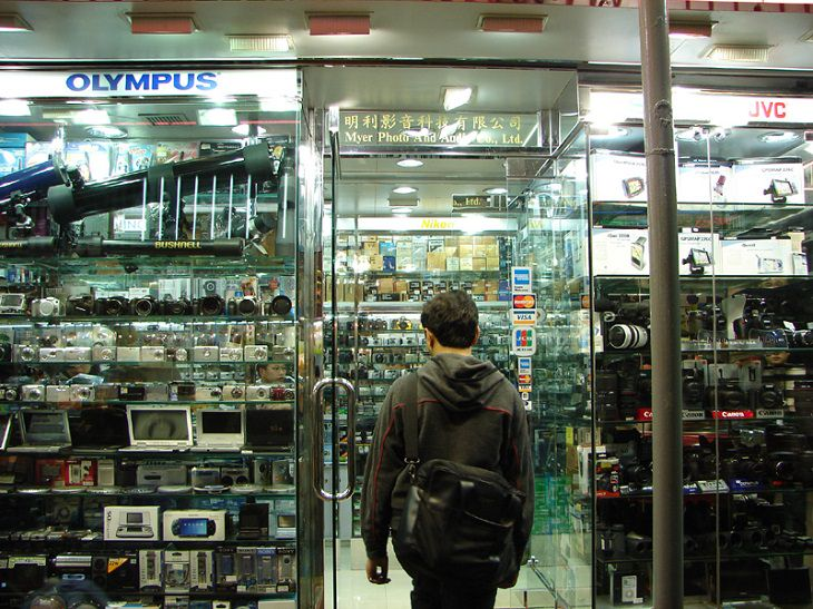 טיפים לקניית מצלמה דיגיטלית: אדם נכנס אל חנות צילום